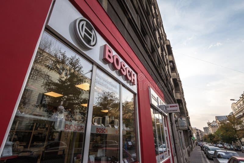 Logoen av Bosch på deras strömförsörjning shoppar i Belgrade Bosch är en tysk producentelektronik, teknik, hushållsmaskiner royaltyfria foton