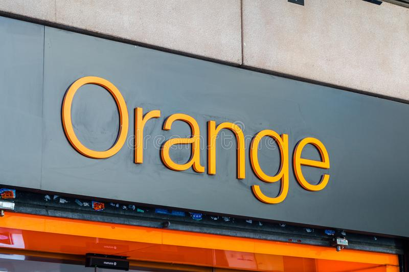 Logoen och tecknet av det orange mobila företaget tillhör den franska multinationella telekommunikationkorporationen royaltyfri bild