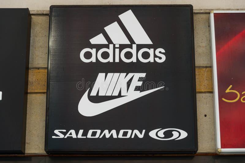 Logos di Adidas, di Nike e di Salomon sulla via fotografie stock libere da diritti