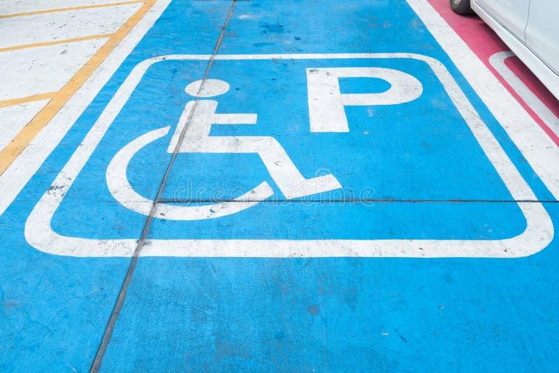 Logos pour handicapé sur le stationnement signe de parking d'handicap photos stock