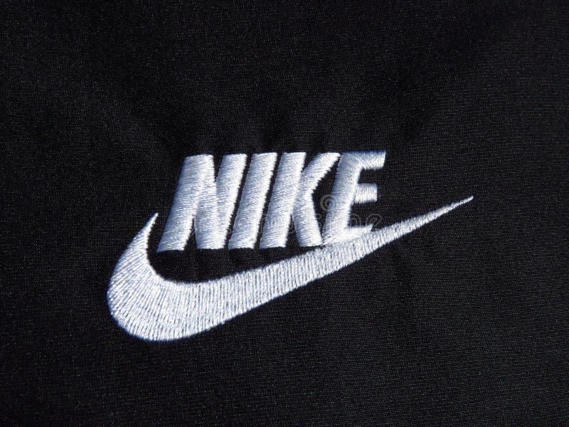 Logotipo branco bordado de Nike no short preto do poliéster imagem de stock