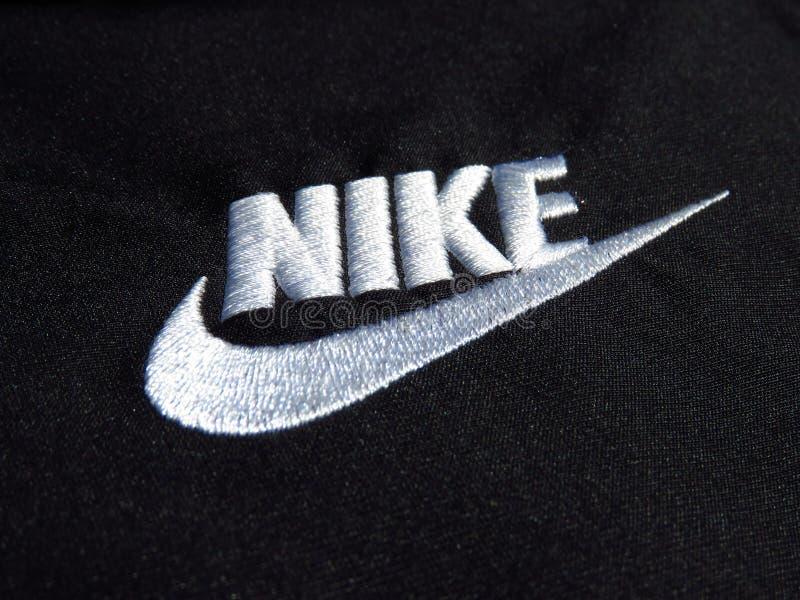 Logotipo branco bordado de Nike no short preto do poliéster foto de stock royalty free