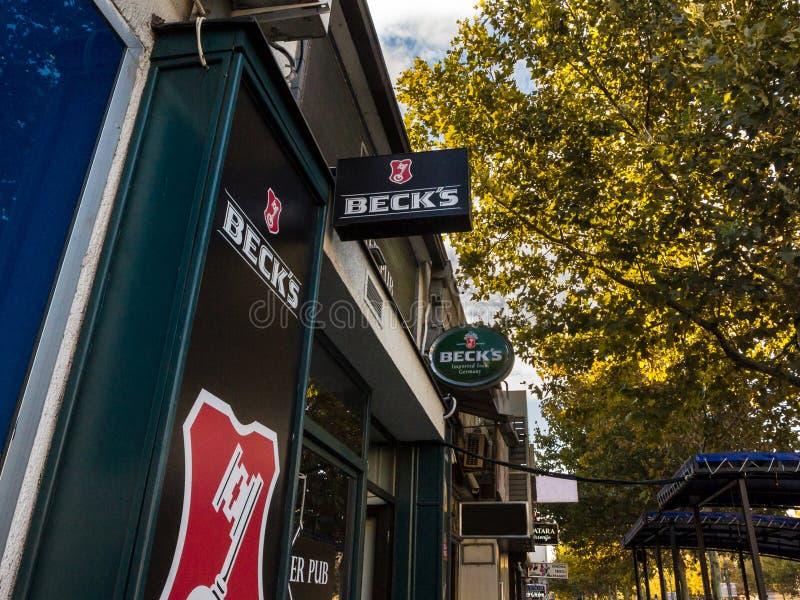 Logotipo da cerveja do ` s de Beck em um sinal da barra com seu visual distintivo Os Becks são uma cerveja clara alemão de pilsne fotografia de stock royalty free