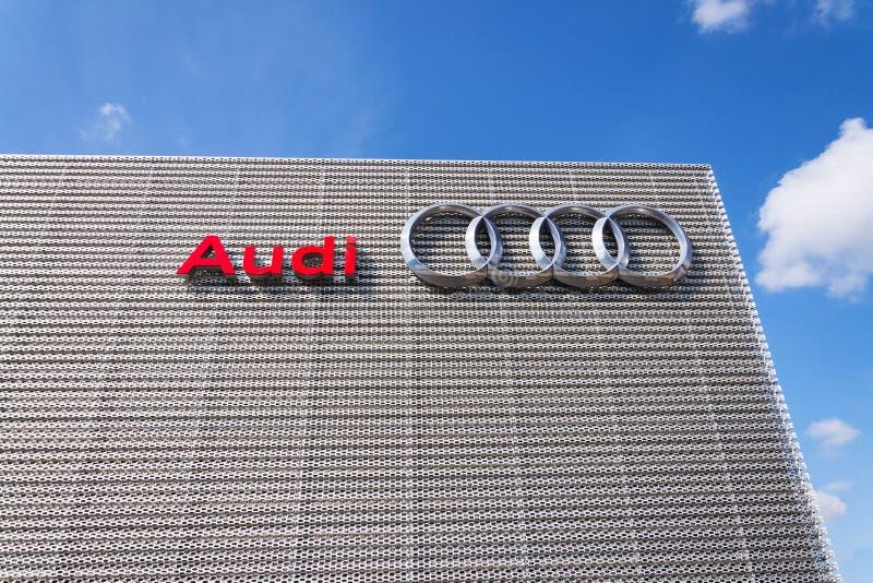 Logotipo da empresa de Audi na constru??o do neg?cio fotografia de stock