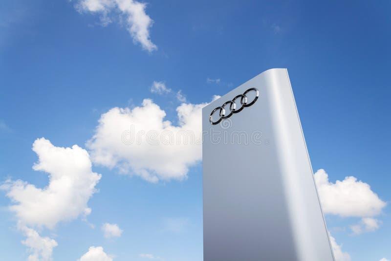 Logotipo da empresa de Audi na frente da construção do negócio imagem de stock royalty free