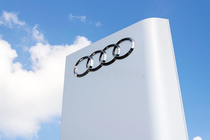 Logotipo da empresa de Audi na frente da construção do negócio foto de stock