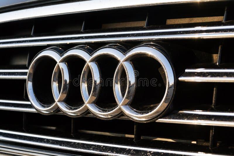 Logotipo da empresa de Audi no carro foto de stock royalty free
