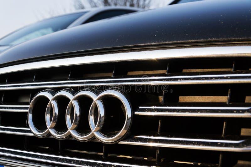 Logotipo da empresa de Audi no carro imagens de stock