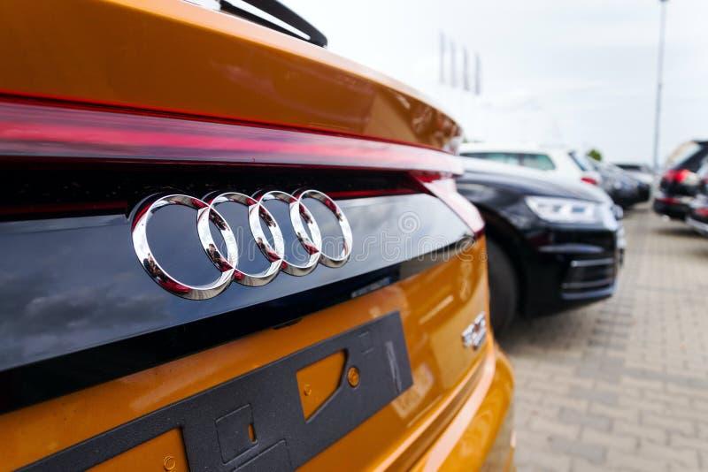 Logotipo da empresa de Audi no carro fotografia de stock