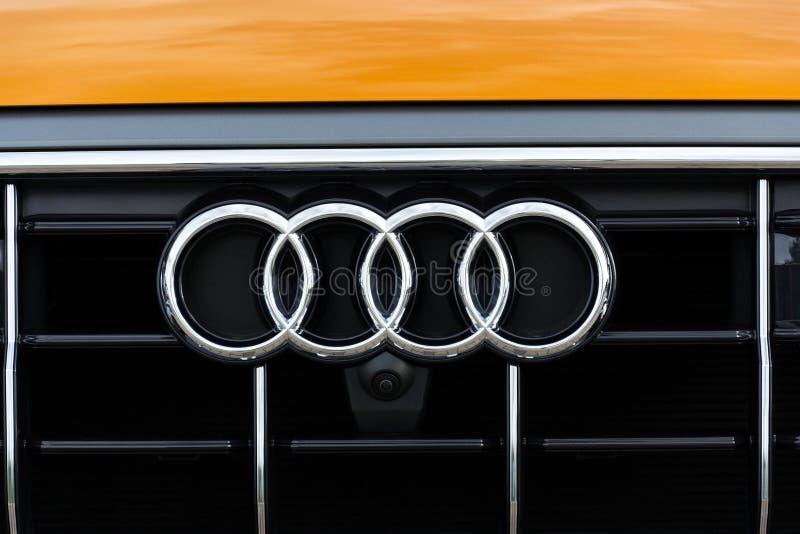 Logotipo da empresa de Audi no carro foto de stock
