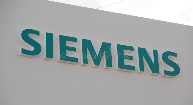 Logotipo da empresa de Siemens na parede imagem de stock royalty free