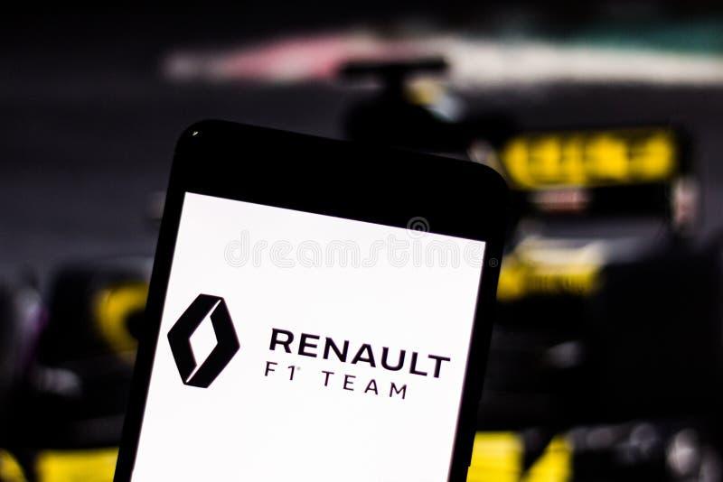 Logotipo da equipe de Team Renault F1 na tela do dispositivo móvel Renault disputa o campeonato mundial do motorsport imagens de stock