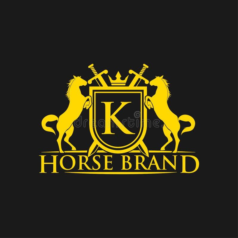 Logotipo da letra inicial K Vetor do projeto do logotipo do tipo do cavalo Crista dourada retro com protetor e cavalos Molde herá ilustração stock