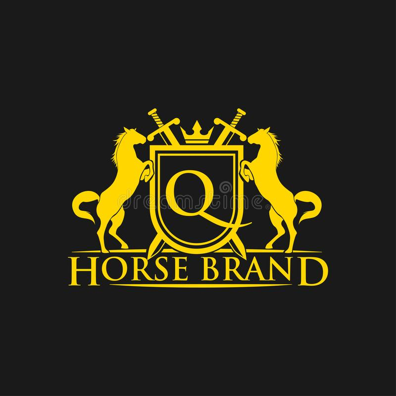 Logotipo da letra inicial Q Vetor do projeto do logotipo do tipo do cavalo Crista dourada retro com protetor e cavalos Molde herá ilustração royalty free