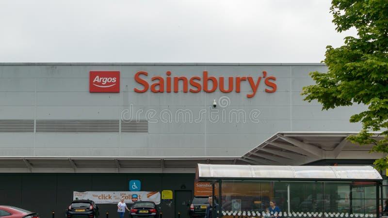 Logotipo da loja do ` s de Argos e de Sainsbury fotografia de stock