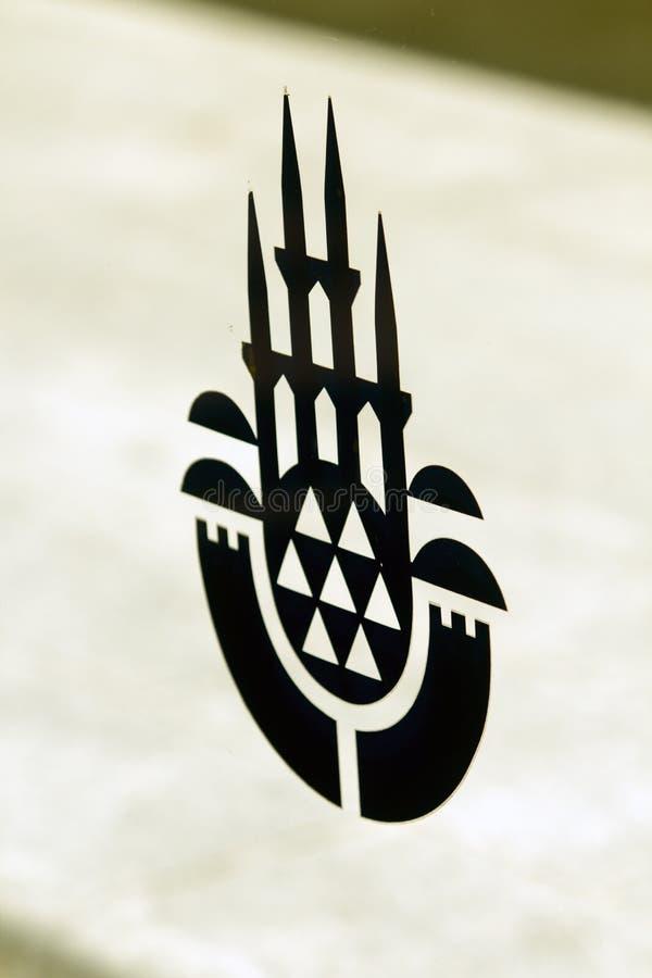 Logotipo da maior municipalidade de Istambul em um painel de vidro com opinião de ângulo estreita foto de stock royalty free
