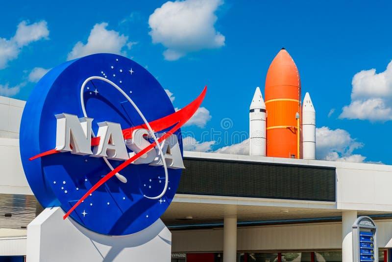 Logotipo da NASA e vaivém espacial de Atlantis em Kennedy Space Center Florida fotografia de stock royalty free