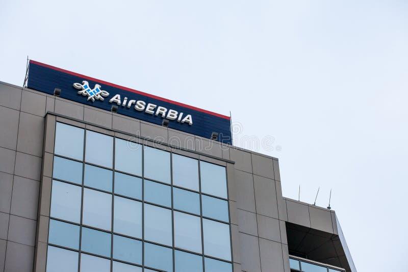 Logotipo da Sérvia do ar, em seu escritório principal no crepúsculo Areje a Sérvia, pertencendo em parte a Etihad, seja portador  fotos de stock royalty free