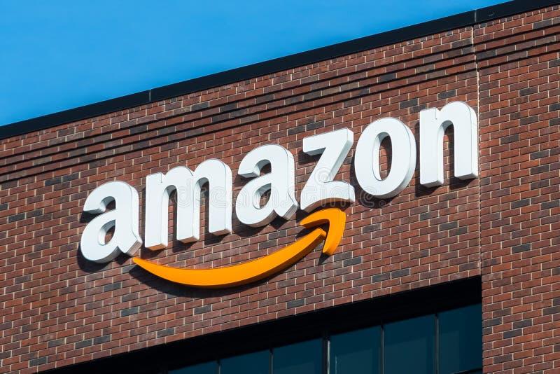 Logotipo das Amazonas na fachada de um de seus prédios de escritórios imagens de stock