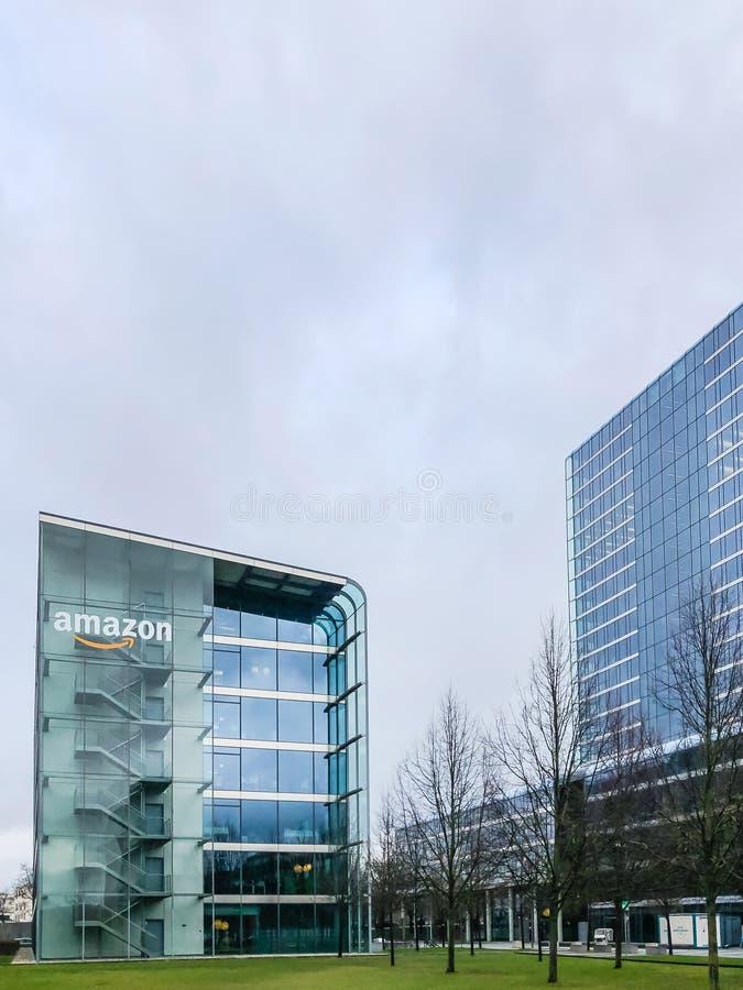 Logotipo das Amazonas no pr?dio de escrit?rios, Munich Alemanha foto de stock