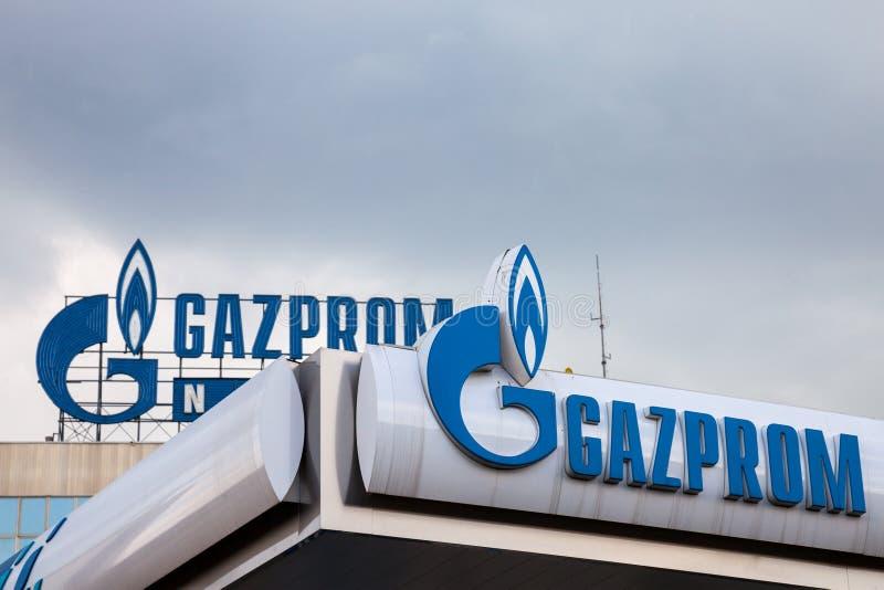 Logotipo das matrizes de Gazprom para a Sérvia Gazprom é uma das empresas do poder principal e da energia de Rússia foto de stock royalty free