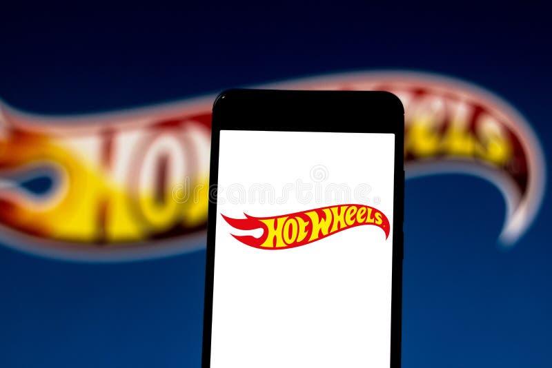 Logotipo das rodas quentes no dispositivo móvel Hot Wheels é uma marca de carros de brinquedos americanos da categoria die fotos de stock royalty free