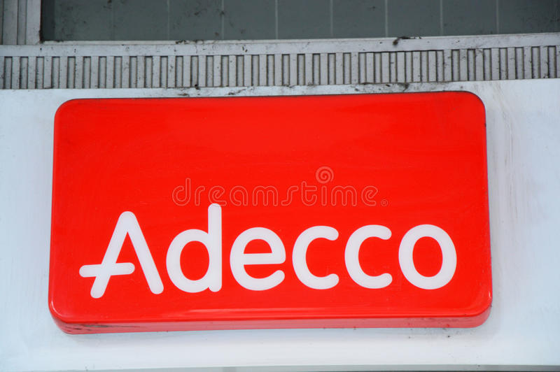 Logotipo de Adecco em uma parede O grupo de Adecco, baseado perto de Zurique, Suíça, é a empresa provendo de pessoal a maior no m imagens de stock