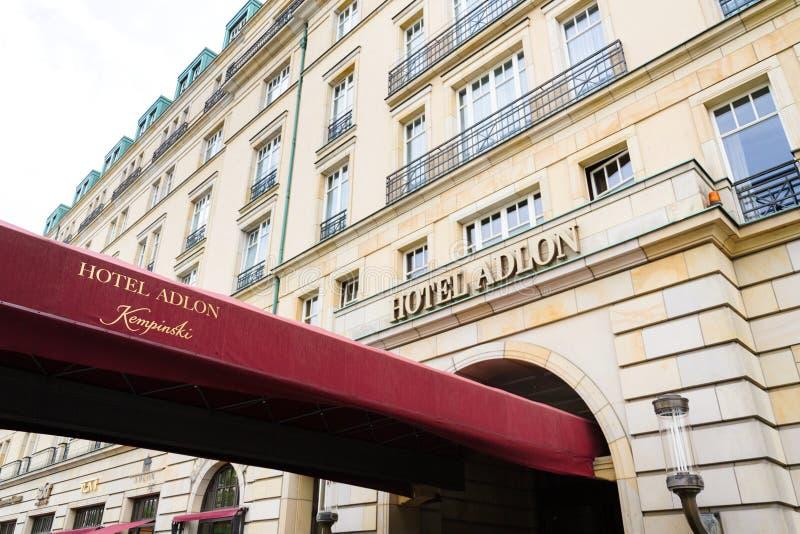 Logotipo de Adlon Kempinski do hotel na construção do hotel perto da porta de Brandemburgo em Berlim, Alemanha fotografia de stock