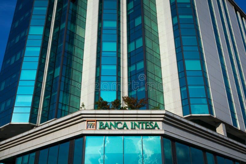 Logotipo de Banca Intesa en su oficina principal para Serbia Intesa Sanpaolo es uno del anuncio publicitario italiano más grande  fotografía de archivo libre de regalías