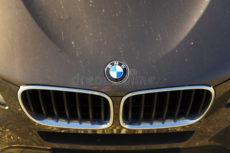 Logotipo de BMW no carro o 31 de março de 2017 em Praga, república checa Os trabalhadores BRITÂNICOS de BMW suportam a greve sobr imagens de stock