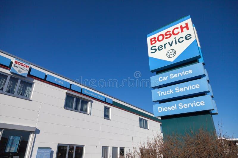 Logotipo de Bosch perto de uma construção de serviço de Bosch fotografia de stock