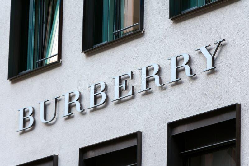 Logotipo de Burberry en tienda del ` s de Burberry imagen de archivo libre de regalías