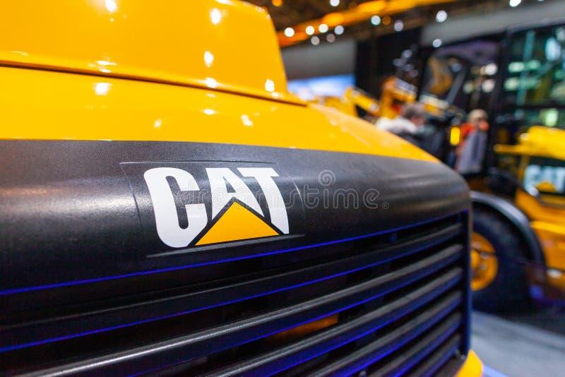 Logotipo de Caterpillar en un cavador en un distribuidor autorizado de la m?quina del CAT fotos de archivo