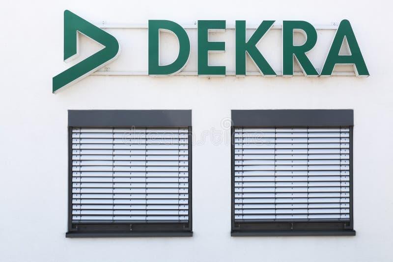 Logotipo de Dekra em uma parede fotografia de stock