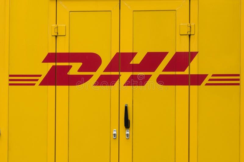 Logotipo de DHL en puerta de coche del camión de reparto DHL es el líder del mercado global en industria de la logística imagenes de archivo
