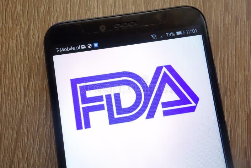 Logotipo de Food and Drug Administration indicado em um smartphone moderno fotos de stock