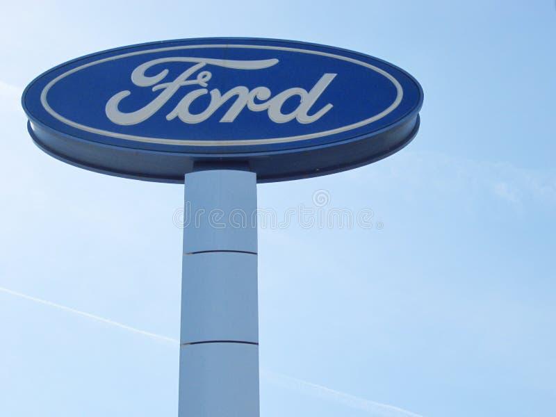 Logotipo de Ford en el cielo azul imágenes de archivo libres de regalías