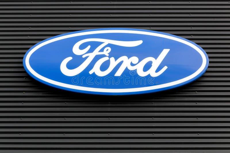 Logotipo de Ford en una pared fotografía de archivo
