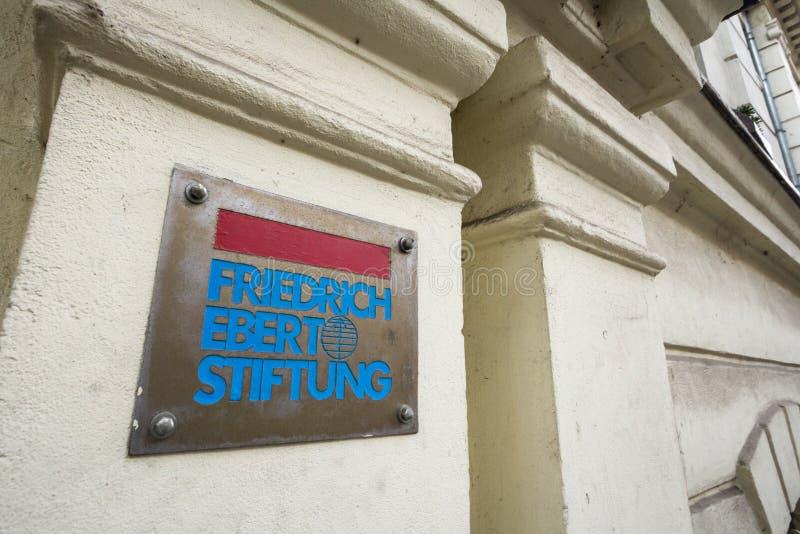 Logotipo de Friedrich Ebert Stiftung en su oficina para Serbia También conocido como FES, es una fundación política alemana l fotos de archivo