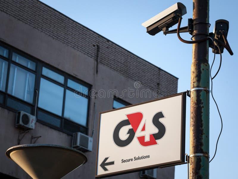 Logotipo de G4S delante de su oficina en Belgrado, Serbia, rodeada por las cámaras CCTV G4S es una compañía de servicios británic fotos de archivo