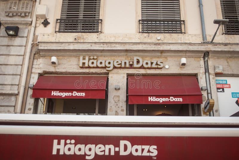 Logotipo de Haagen Dazs delante de su tienda y restaurante locales en Lyon Haagen Dazs es fabricante y vendedor americanos del he foto de archivo