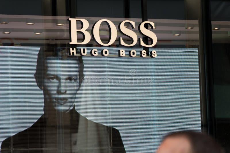 Logotipo de Hugo Boss en la tienda de Boss foto de archivo