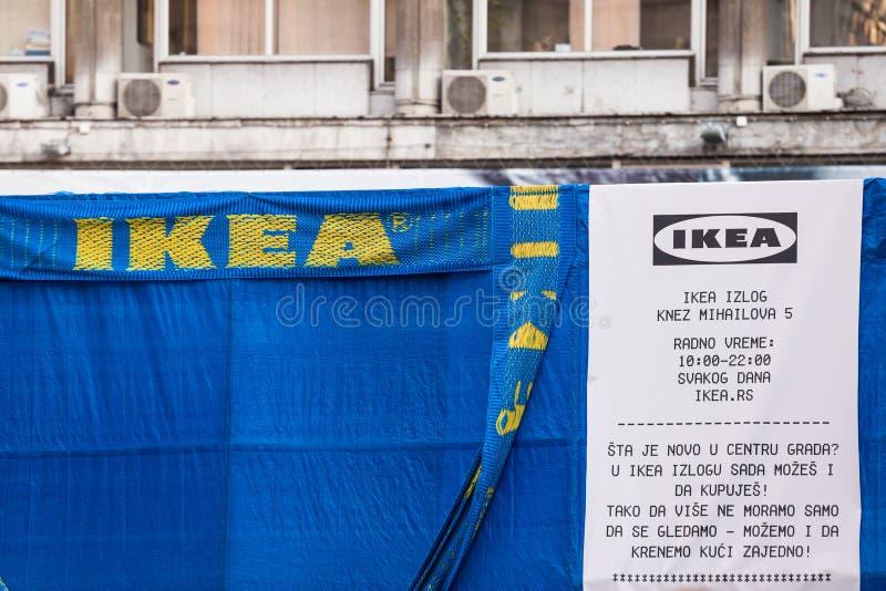 Logotipo de Ikea en un anuncio gigante en frente de su tienda de Belgrado Ikea es una marca sueca especializada en los muebles, d imagen de archivo