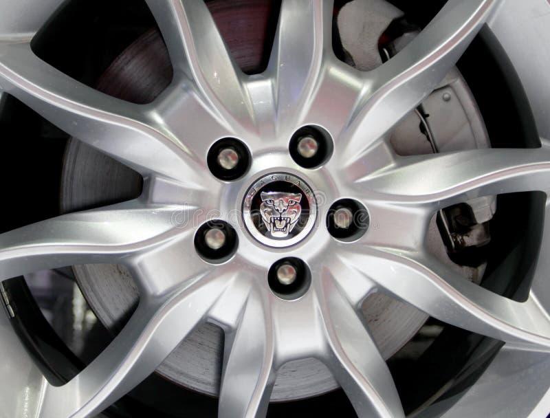 Logotipo de Jaguar en las ruedas imagen de archivo libre de regalías