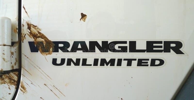 Logotipo de Jeep Wrangler Unlimited con el chapoteo de la suciedad imagen de archivo