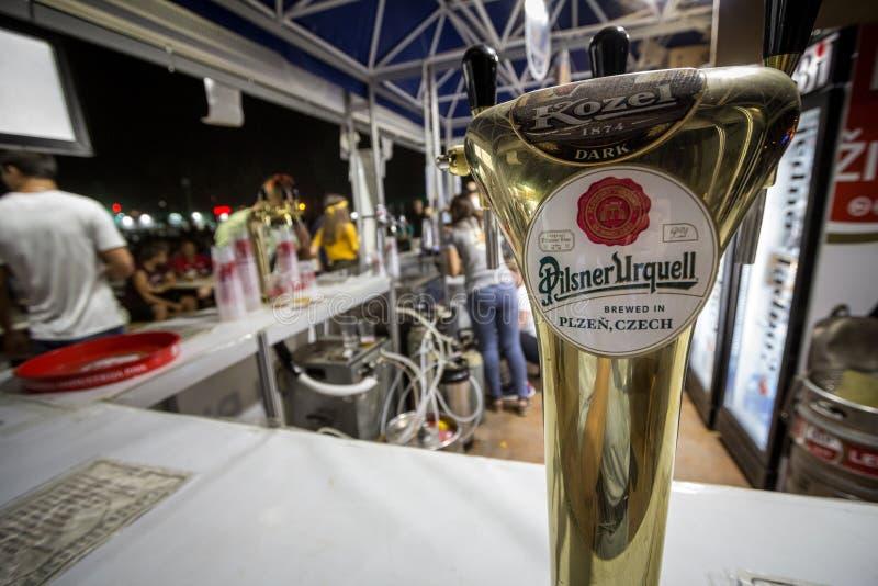 Logotipo de la cerveza de Pilsner Urquell en una barra al aire libre del verano También conocido como Plzensky Prazdroj, es una c imagen de archivo