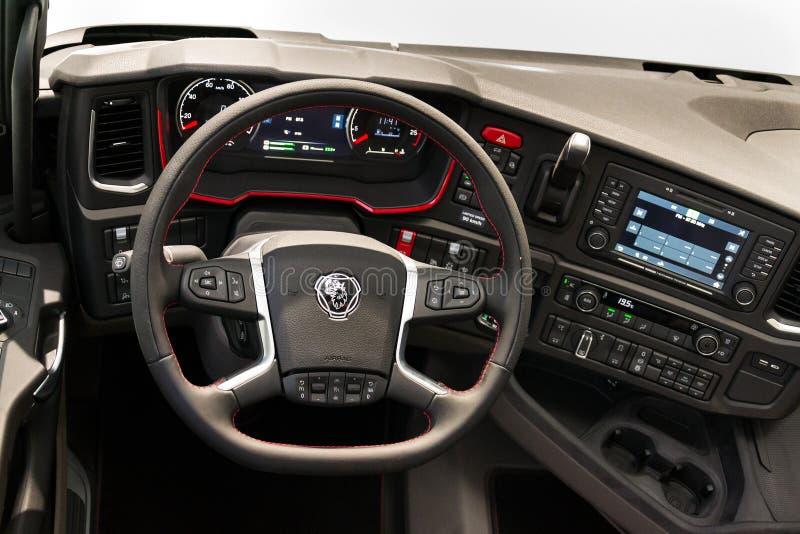 Logotipo de la compañía de Scania en cabina del camión en la impulsión del foro de Grupo Volkswagen imagen de archivo libre de regalías