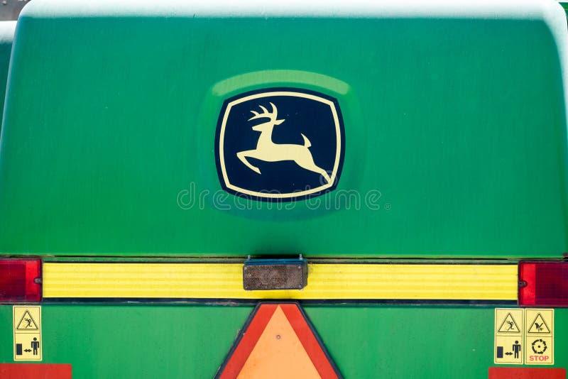 Logotipo de la cosechadora de John Deere en fondo verde fotos de archivo libres de regalías