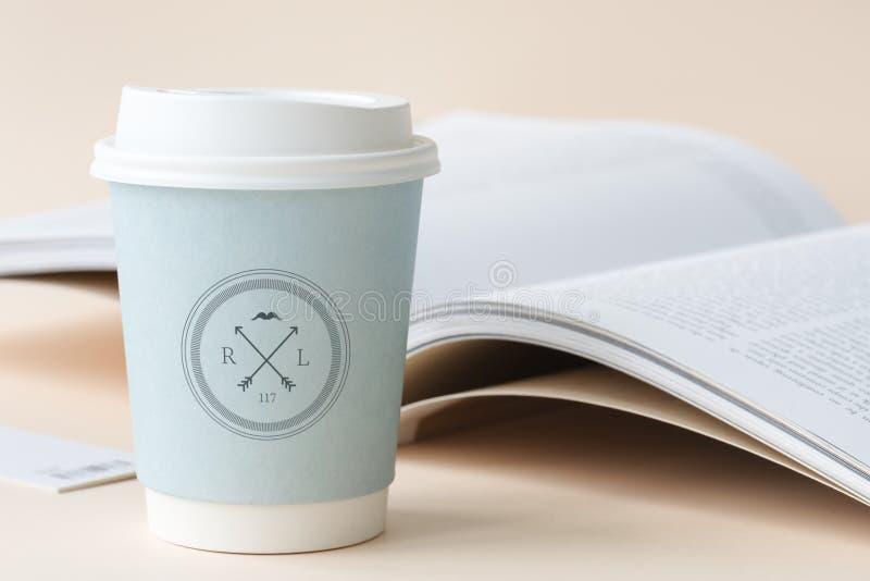 Logotipo de la etiqueta del libro de la maqueta de la taza de café aislado imagen de archivo