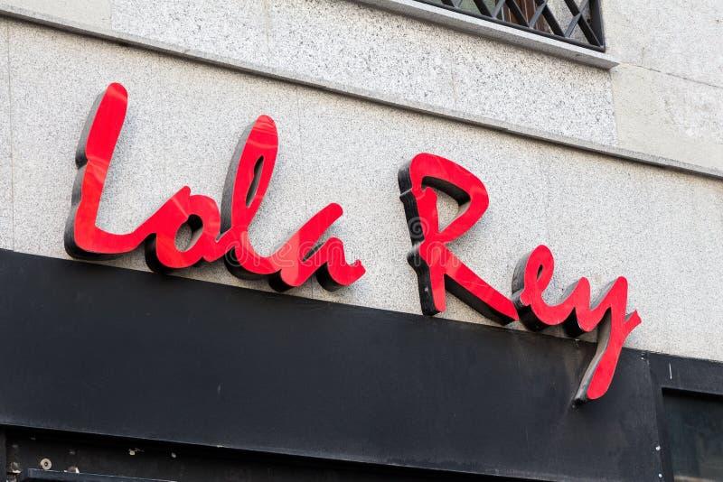 Logotipo de Lola Rey na loja de Lola Rey foto de stock royalty free